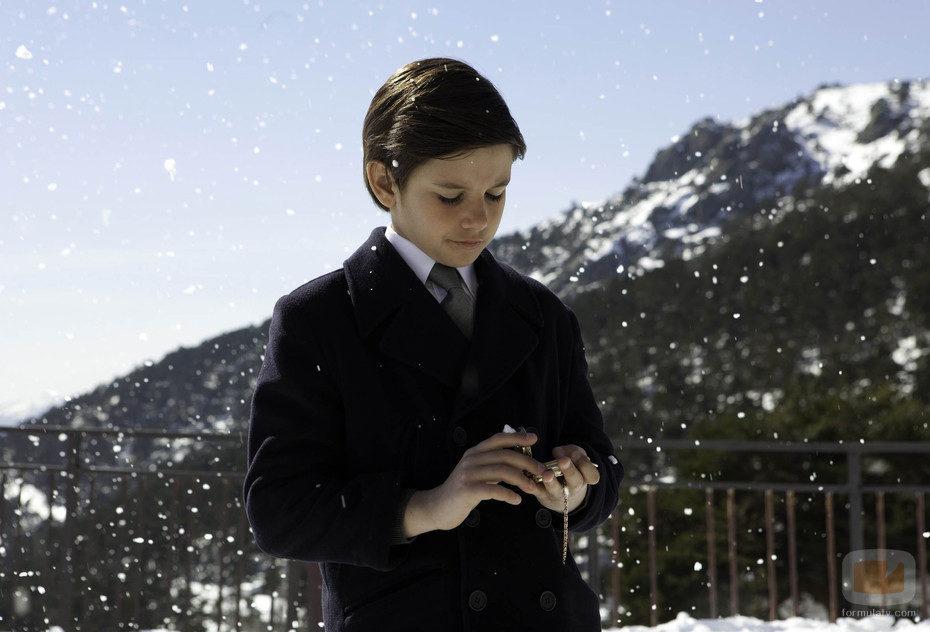 Alfonso de niño espera a sus padres