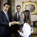 Alfonso de Borbón sostiene un regalo