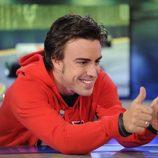 Fernando Alonso hace el gesto de la victoria en 'El hormiguero'