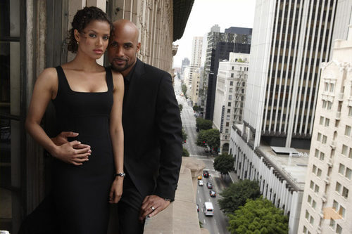 Steven y Samantha en una terraza