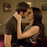 Iñaki Font besa a Natalia Millán en 'El internado'