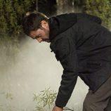 El teniente Garrido cava un hoyo