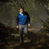 Roque observa extrañado algo en el bosque