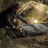 Garrido sujeta un cadáver en 'Hasta que la muerte nos separe