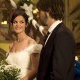 María mira a su futuro marido Fermín