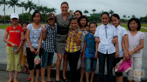 Raquel Sánchez Silva junto a unos niños