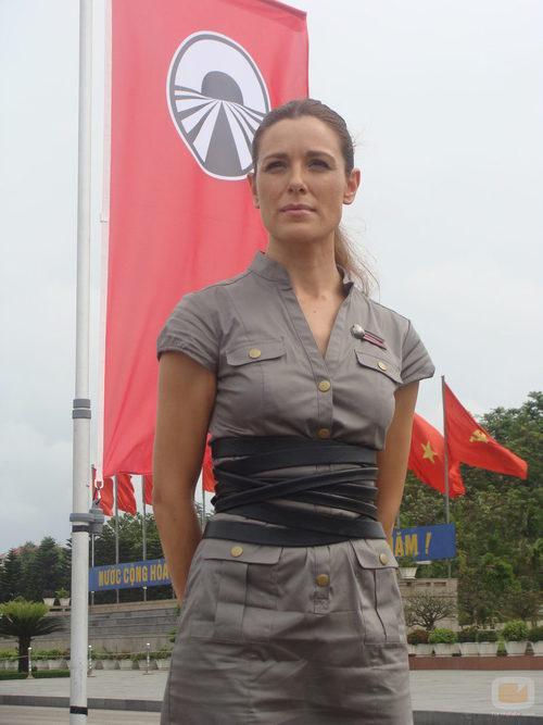 Raquel Sánchez Silva junto a la bandera de 'Pekín express'