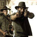 César Bravo apunta con su pistola