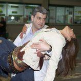 Clara, en brazos tras morir en 'El comisario'
