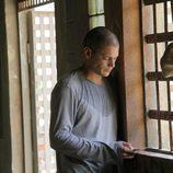 Michael en la cárcel con un teléfono