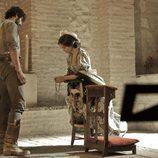Almudena reza junto a César