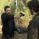Garrido apunta a Fermín con una pistola