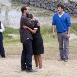 Héctor consuela a María