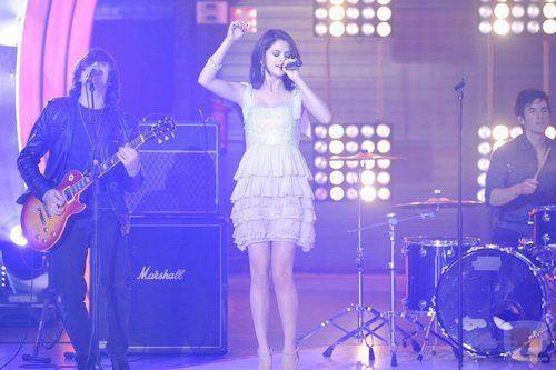 Selena Gomez interpreta una canción en 'Fama'