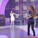 Paula Vázquez espera mientras Selena Gomez canta