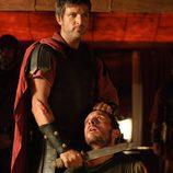 Marco (Jesús Olmedo) amenaza a Héctor (Pablo Derqui)