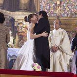 Héctor y Alicia Monasterio se besan