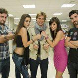 Los actores de 'Becarios' con Carlos Baute