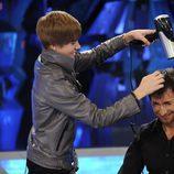 Justin Bieber con un secador