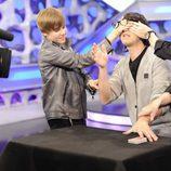 Justin Bieber le tapa los ojos a Piedrahita