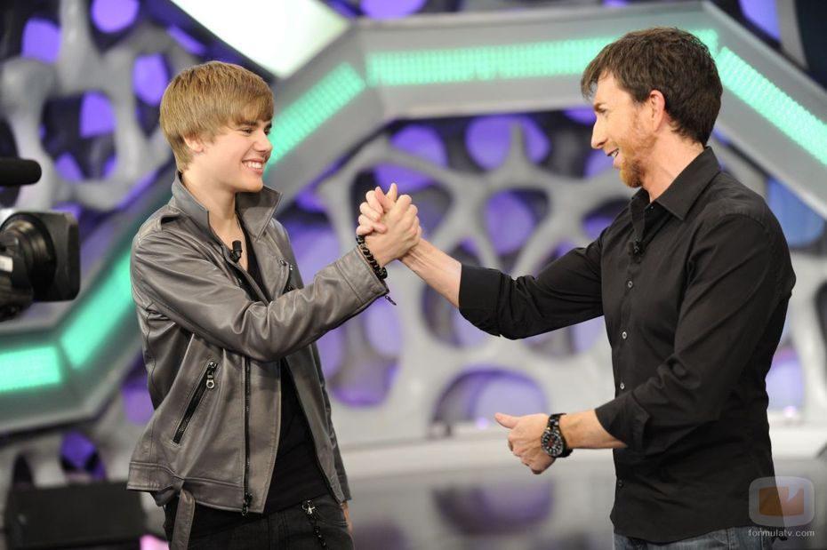 Justin Bieber choca la mano a Pablo Motos