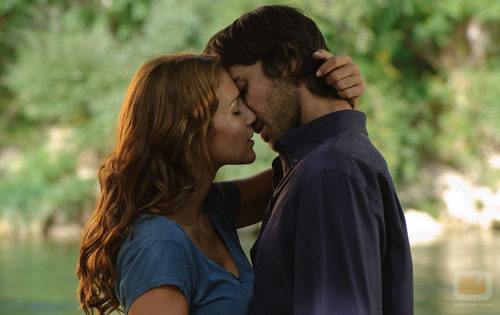 Lucía y Raúl se besan
