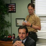 Steve Carell en su despacho y Rainn Wilson en 'The office'