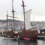 Galeón junto al barco pirata