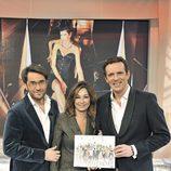 Maxim Huerta, Ana Rosa Quintana y Joaquín Prat posan con el nuevo calendario de Ana Rosa