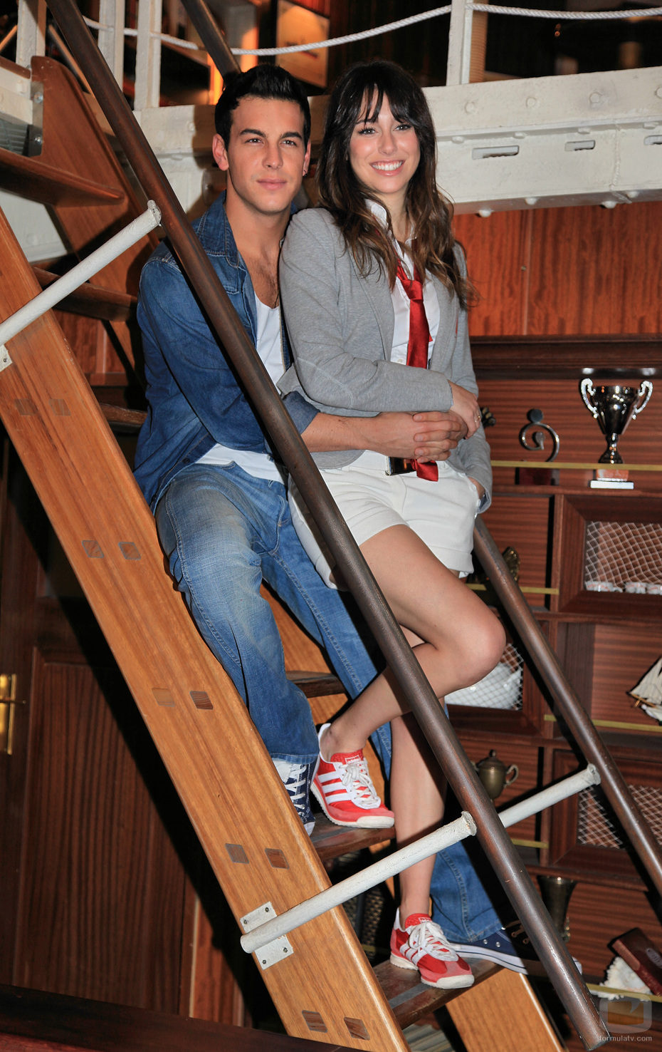 Ulises y Ainhoa en la escalera de 'El barco'