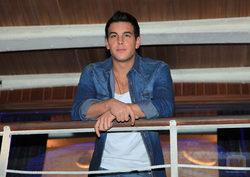 Mario Casas apoyado en \'El barco\'