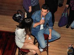 Blanca Suárez y Mario Casas hablan durante el rodaje de \'El barco\'