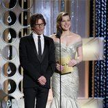 Kevin Bacon y Milla Jovovich entregan premio al mejor actor de drama