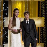 Justin Bieber y Hailee Steinfeld presentando la gala
