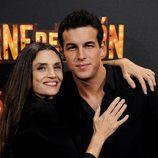 Ángela Molina abraza a Mario Casas