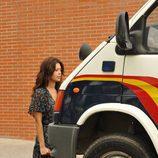 Jimena ante un furgón de policía