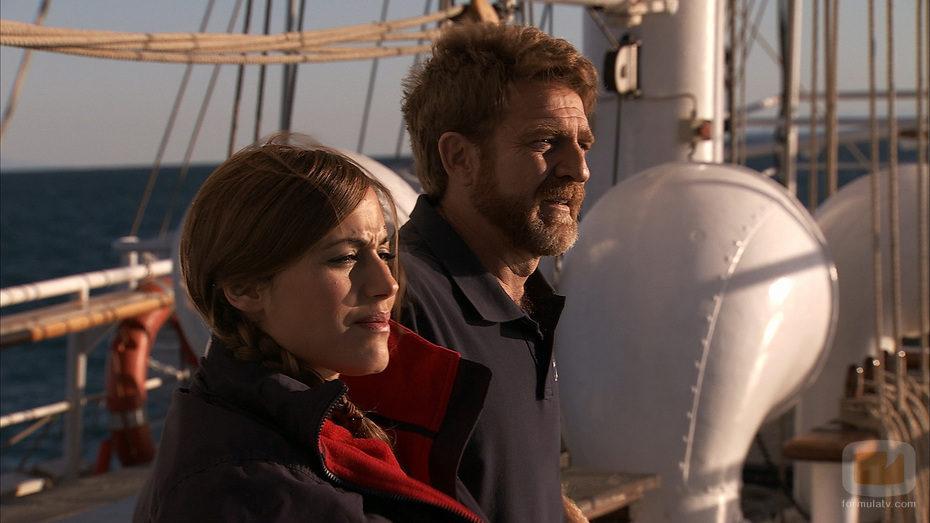 Julia Wilson y Juanjo Artero en la cubierta de 'El barco'