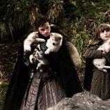Robb Stark y Bran en una escena de 'Juego de tronos'