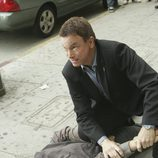 Mac Taylor sostiene a un sospechoso en 'CSI: Nueva York'