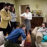 Marcos (Iván Massagué) habla con su hija en 'La familia Mata'