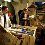 Los tripulantes abren una caja con electrodomésticos