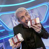 Carlos Sobera muerde el premio de 'Atrapa un millón'
