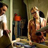 De la Cuadra y Julia Wilson miran la caja de electrodomésticos