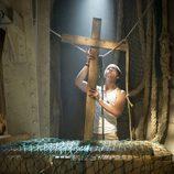 Palomares sujeta una cruz