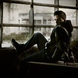 Gotzon Mantuliz al lado de un ventanal