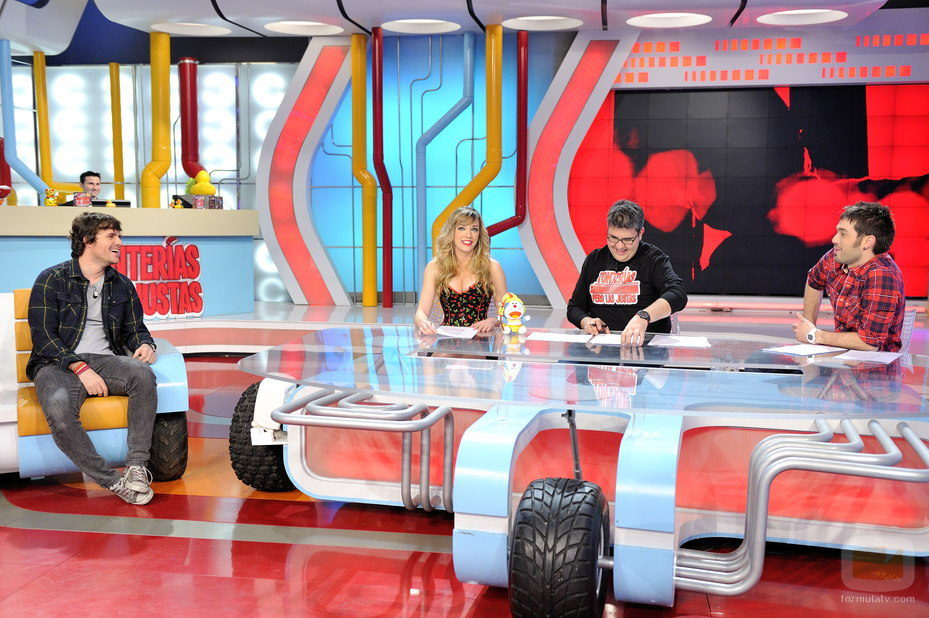 Dani Martín junto a los presentadores