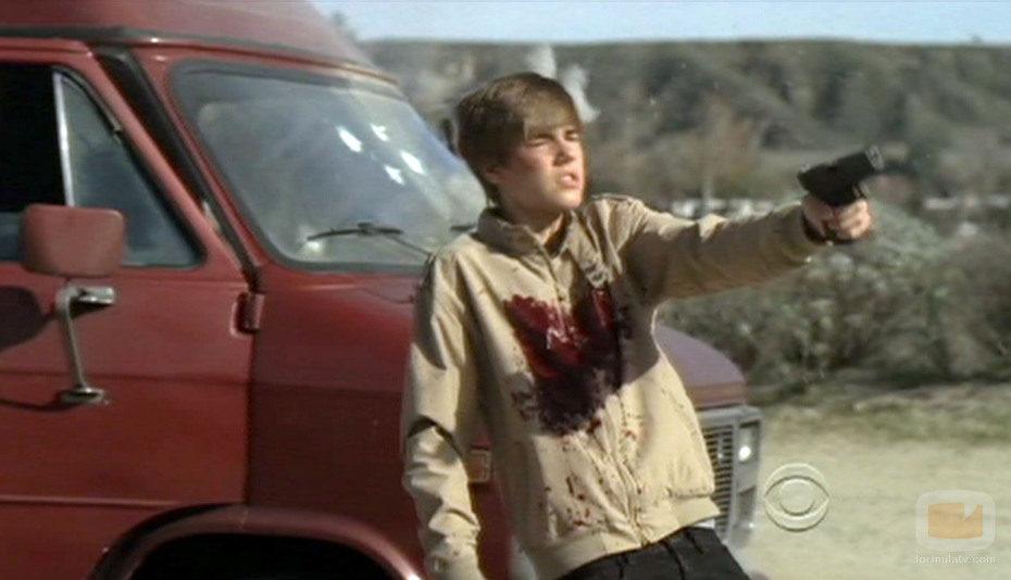 Justin Bieber con una pistola