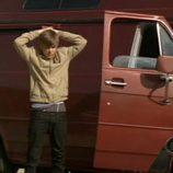 Justin Bieber con las manos sobre la cabeza