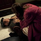 Encarna (Lucía Jiménez) encuentra a Ventura (Fernando Cayo) herido