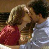 Olivia (Mercé Llorens) y Juan (Rodolfo Sancho) se besan
